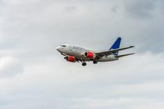 LONDON ENGLAND - AUGUSTI 22, 2016: Flygbolag Boeing 737 som för LN-RRZ SAS landar i den Heathrow flygplatsen, London Royaltyfri Bild