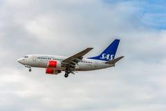 LONDON ENGLAND - AUGUSTI 22, 2016: Flygbolag Boeing 737 som för LN-RRZ SAS landar i den Heathrow flygplatsen, London Royaltyfria Bilder