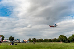 LONDON ENGLAND - AUGUSTI 22, 2016: Flygbolag Boeing 737 som för LN-RRZ SAS landar i den Heathrow flygplatsen, London Royaltyfria Foton