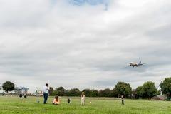 LONDON ENGLAND - AUGUSTI 22, 2016: Flygbolag Boeing 737 som för LN-TUA SAS landar i den Heathrow flygplatsen, London Royaltyfria Bilder