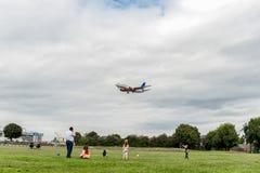 LONDON ENGLAND - AUGUSTI 22, 2016: Flygbolag Boeing 737 som för LN-TUA SAS landar i den Heathrow flygplatsen, London Fotografering för Bildbyråer