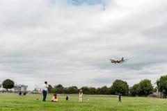 LONDON ENGLAND - AUGUSTI 22, 2016: Flygbolag Boeing 737 som för LN-TUA SAS landar i den Heathrow flygplatsen, London Royaltyfri Foto