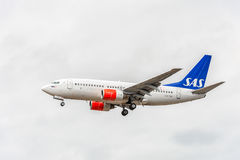 LONDON ENGLAND - AUGUSTI 22, 2016: Flygbolag Boeing 737 som för LN-TUA SAS landar i den Heathrow flygplatsen, London Royaltyfri Bild
