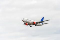 LONDON ENGLAND - AUGUSTI 22, 2016: Flygbolag Boeing 737 som för LN-TUA SAS landar i den Heathrow flygplatsen, London Arkivbilder