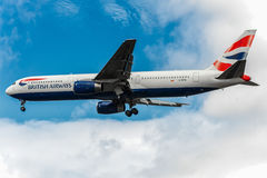 LONDON ENGLAND - AUGUSTI 22, 2016: G-BZHA British Airways Boeing 767 som landar i den Heathrow flygplatsen, London Royaltyfri Foto