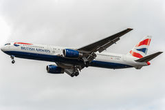 LONDON ENGLAND - AUGUSTI 22, 2016: G-BZHA British Airways Boeing 767 som landar i den Heathrow flygplatsen, London Arkivfoton