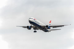 LONDON ENGLAND - AUGUSTI 22, 2016: G-BZHA British Airways Boeing 767 som landar i den Heathrow flygplatsen, London Royaltyfria Foton