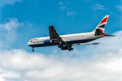 LONDON ENGLAND - AUGUSTI 22, 2016: G-BZHA British Airways Boeing 767 som landar i den Heathrow flygplatsen, London Royaltyfri Fotografi