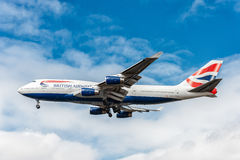 LONDON ENGLAND - AUGUSTI 22, 2016: G-CIVJ British Airways Boeing 747 som landar i den Heathrow flygplatsen, London Royaltyfri Bild