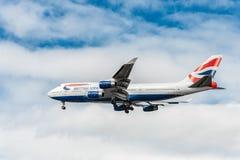 LONDON ENGLAND - AUGUSTI 22, 2016: G-CIVJ British Airways Boeing 747 som landar i den Heathrow flygplatsen, London Arkivbild