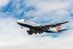 LONDON ENGLAND - AUGUSTI 22, 2016: G-CIVJ British Airways Boeing 747 som landar i den Heathrow flygplatsen, London Arkivbilder