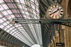 London England - 29 Augusti 2016: Gammal klocka på konungs arga järnvägsstation Royaltyfri Bild