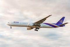 LONDON ENGLAND - AUGUSTI 22, 2016: HS-TKX Thai Airways Boeing 777 som landar i den Heathrow flygplatsen, London Royaltyfria Foton