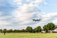LONDON ENGLAND - AUGUSTI 22, 2016: HS-TKX Thai Airways Boeing 777 som landar i den Heathrow flygplatsen, London Fotografering för Bildbyråer