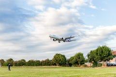 LONDON ENGLAND - AUGUSTI 22, 2016: HS-TKX Thai Airways Boeing 777 som landar i den Heathrow flygplatsen, London Royaltyfri Bild