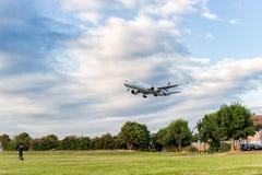 LONDON ENGLAND - AUGUSTI 22, 2016: HS-TKX Thai Airways Boeing 777 som landar i den Heathrow flygplatsen, London Royaltyfria Bilder