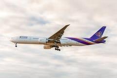 LONDON ENGLAND - AUGUSTI 22, 2016: HS-TKX Thai Airways Boeing 777 som landar i den Heathrow flygplatsen, London Arkivfoton
