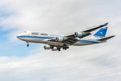 LONDON ENGLAND - AUGUSTI 22, 2016: 9K-ADE Kuwait Airways Boeing 747 som landar i den Heathrow flygplatsen royaltyfri foto