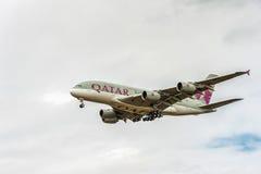LONDON ENGLAND - AUGUSTI 22, 2016: Landning för flygbuss A380 för A7-APB Qatar Airways i den Heathrow flygplatsen Royaltyfria Foton