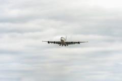 LONDON ENGLAND - AUGUSTI 22, 2016: Landning för flygbuss A380 för A7-APB Qatar Airways i den Heathrow flygplatsen Arkivfoto