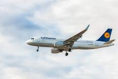 LONDON ENGLAND - AUGUSTI 22, 2016: Landning för flygbuss A320 för D-AIZY Lufthansa i den Heathrow flygplatsen, London Royaltyfri Foto