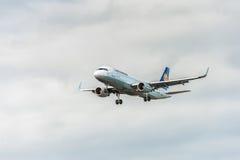 LONDON ENGLAND - AUGUSTI 22, 2016: Landning för flygbuss A320 för D-AIZY Lufthansa i den Heathrow flygplatsen, London Royaltyfria Foton