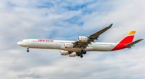 LONDON ENGLAND - AUGUSTI 22, 2016: Landning för flygbuss A340 för EC-IOB Iberia Airlines i den Heathrow flygplatsen, London arkivfoto