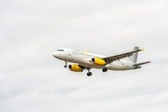 LONDON ENGLAND - AUGUSTI 22, 2016: Landning för flygbuss A320 för EC-LUN Vueling Airlines i den Heathrow flygplatsen, London Royaltyfria Bilder