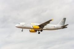 LONDON ENGLAND - AUGUSTI 22, 2016: Landning för flygbuss A320 för EC-LUN Vueling Airlines i den Heathrow flygplatsen, London Arkivfoton