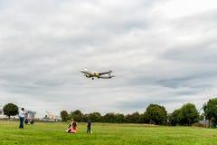 LONDON ENGLAND - AUGUSTI 22, 2016: Landning för flygbuss A320 för EC-LUN Vueling Airlines i den Heathrow flygplatsen, London Royaltyfri Foto