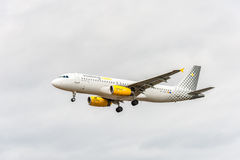 LONDON ENGLAND - AUGUSTI 22, 2016: Landning för flygbuss A320 för EC-LUN Vueling Airlines i den Heathrow flygplatsen, London Royaltyfri Bild