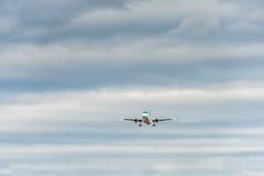 LONDON ENGLAND - AUGUSTI 22, 2016: Landning för flygbuss A320 för EI-CVA Aer Lingus i den Heathrow flygplatsen, London arkivbilder