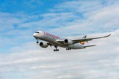 LONDON ENGLAND - AUGUSTI 22, 2016: Landning för flygbuss A350 för ET-ATR Ethiopian Airlines i den Heathrow flygplatsen, London royaltyfri foto