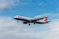 LONDON ENGLAND - AUGUSTI 22, 2016: Landning för flygbuss A321 för G-EUXJ British Airways i den Heathrow flygplatsen, London arkivfoto
