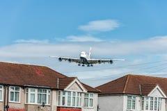 LONDON ENGLAND - AUGUSTI 22, 2016: Landning för flygbuss A380 för G-XLEJ British Airways i den Heathrow flygplatsen, London Arkivbilder