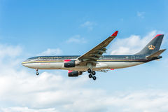 LONDON ENGLAND - AUGUSTI 22, 2016: Landning för flygbuss A330 för JY-AIF Royal Jordanian i den Heathrow flygplatsen, London Royaltyfria Bilder