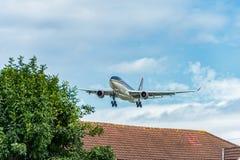 LONDON ENGLAND - AUGUSTI 22, 2016: Landning för flygbuss A330 för JY-AIF Royal Jordanian i den Heathrow flygplatsen, London Royaltyfri Bild