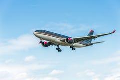 LONDON ENGLAND - AUGUSTI 22, 2016: Landning för flygbuss A330 för JY-AIF Royal Jordanian i den Heathrow flygplatsen, London Royaltyfri Fotografi