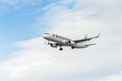 LONDON ENGLAND - AUGUSTI 22, 2016: Landning för flygbuss A321 för OH-LZK Finnair i den Heathrow flygplatsen, London Royaltyfri Fotografi