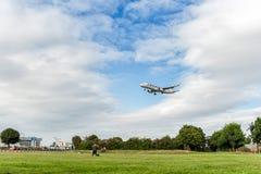 LONDON ENGLAND - AUGUSTI 22, 2016: Landning för flygbuss A321 för OH-LZK Finnair i den Heathrow flygplatsen, London Royaltyfria Foton