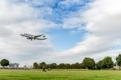 LONDON ENGLAND - AUGUSTI 22, 2016: Landning för flygbuss A321 för OH-LZK Finnair i den Heathrow flygplatsen, London Fotografering för Bildbyråer
