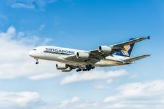 LONDON ENGLAND - AUGUSTI 22, 2016: Landning för flygbuss A380 för 9V-SKB Singapore Airlines i den Heathrow flygplatsen, London Royaltyfria Foton