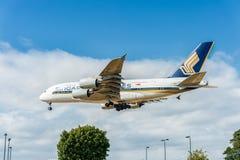 LONDON ENGLAND - AUGUSTI 22, 2016: Landning för flygbuss A380 för 9V-SKB Singapore Airlines i den Heathrow flygplatsen, London Royaltyfri Bild