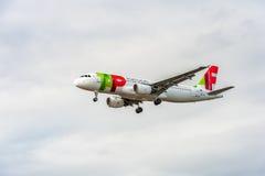 LONDON ENGLAND - AUGUSTI 22, 2016: Landning för flygplan för flygbuss A320 för CS-TNJ TAP Portugal i den Heathrow flygplatsen arkivbilder