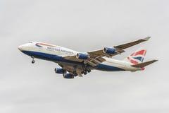 LONDON ENGLAND - AUGUSTI 22, 2016: Landning för G-CIVB Boeing 747 British Airways i den Heathrow flygplatsen, London Arkivbild