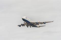 LONDON ENGLAND - AUGUSTI 22, 2016: Landning för G-CIVB Boeing 747 British Airways i den Heathrow flygplatsen, London Arkivbilder