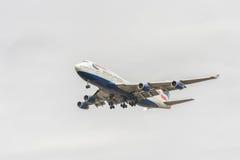 LONDON ENGLAND - AUGUSTI 22, 2016: Landning för G-CIVB Boeing 747 British Airways i den Heathrow flygplatsen, London Arkivfoto