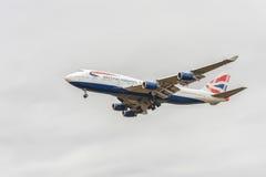 LONDON ENGLAND - AUGUSTI 22, 2016: Landning för G-CIVW Boeing 747 British Airways i den Heathrow flygplatsen, London Royaltyfri Bild