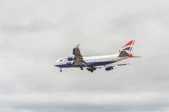 LONDON ENGLAND - AUGUSTI 22, 2016: Landning för G-CIVW Boeing 747 British Airways i den Heathrow flygplatsen, London Arkivbild
