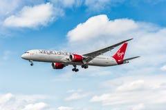 LONDON ENGLAND - AUGUSTI 22, 2016: Landning för G-VMAP Virgin Atlantic Airways Boeing 787-9 Dreamliner i den Heathrow flygplatsen Royaltyfri Foto